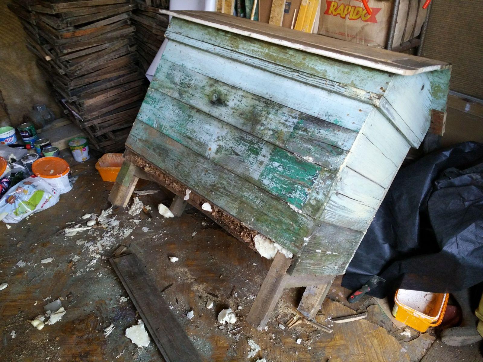 renowacja najstarszego ula, wymiana nóżek, daszku, malowanie 2018 rok